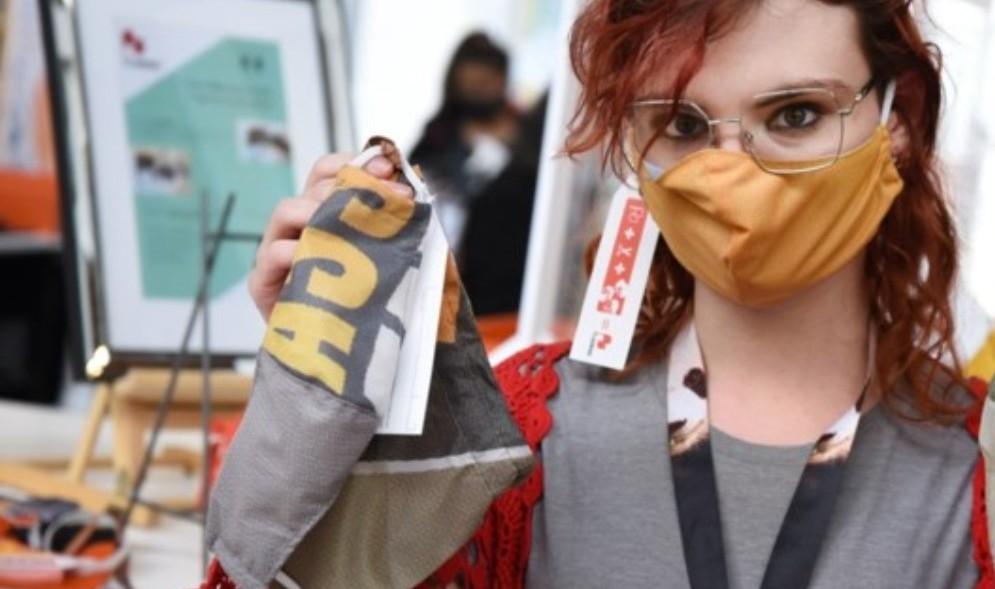 medewerker met flagbag mondmasker_web.jpg